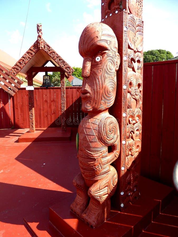 Slutet av traditionella Maori Wooden sned upp skulptur Nya Zeeland arkivbilder
