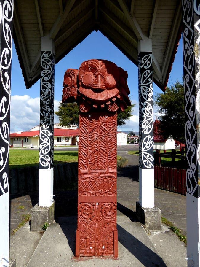 Slutet av traditionella Maori Wooden sned upp skulptur Nya Zeeland royaltyfria foton