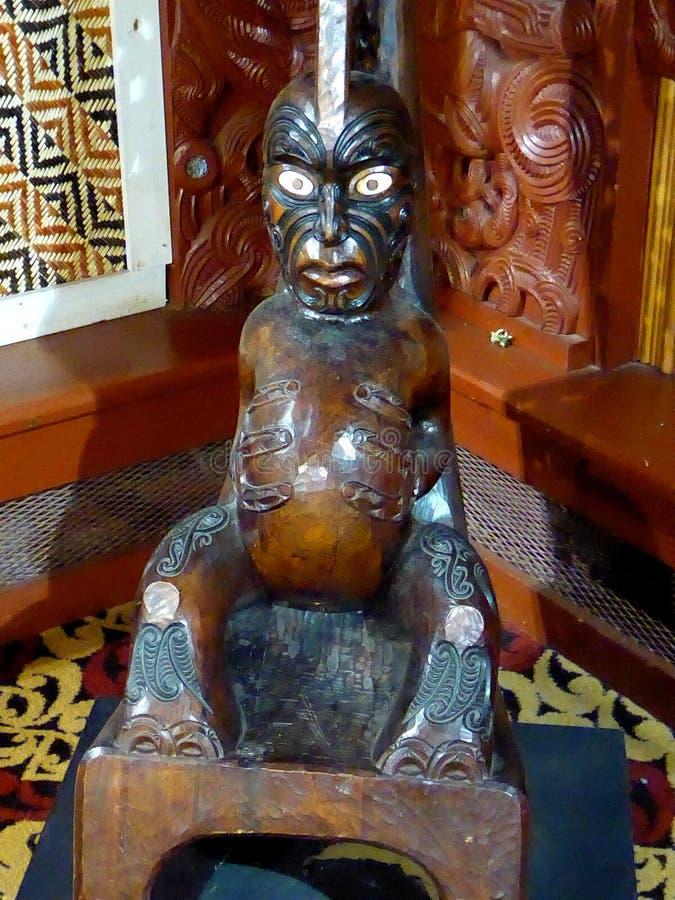 Slutet av traditionella Maori Wooden sned upp skulptur Nya Zeeland royaltyfri bild