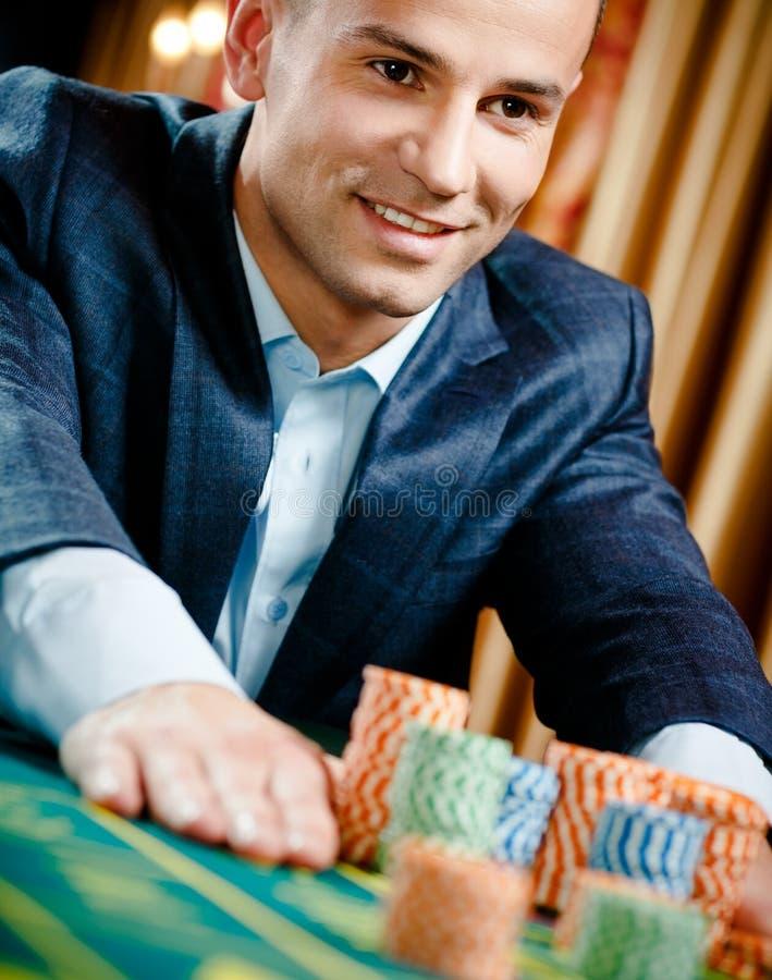 Slutet beskådar upp av hasardspelareinsatser som leker rouletten arkivbilder