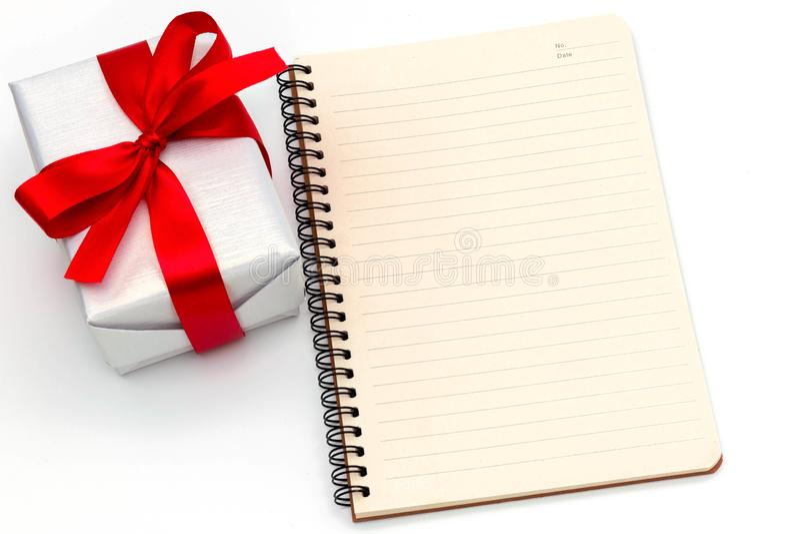 Slutet för bästa sikt anmärker upp den lyckliga bandet och anteckningsboken för vit fluga för gåvaask som det röda isoleras på gl arkivbilder