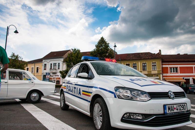 Slutet för Volkswagen Polo polisbil sköt upp, bakgrund för molnig himmel för blått arkivfoton