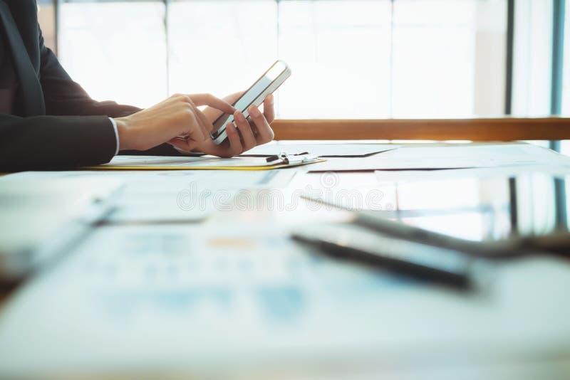 Slutet räcker upp affärsmannen som använder mobiltelefonförbindande wifi royaltyfria bilder