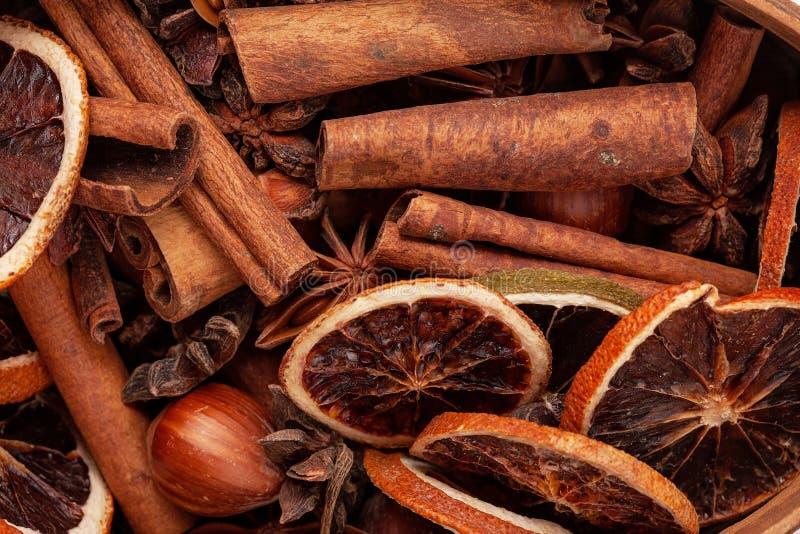 Slutet sköt upp av kryddor: torkade apelsiner, kanel, anis, hazelnu royaltyfri fotografi