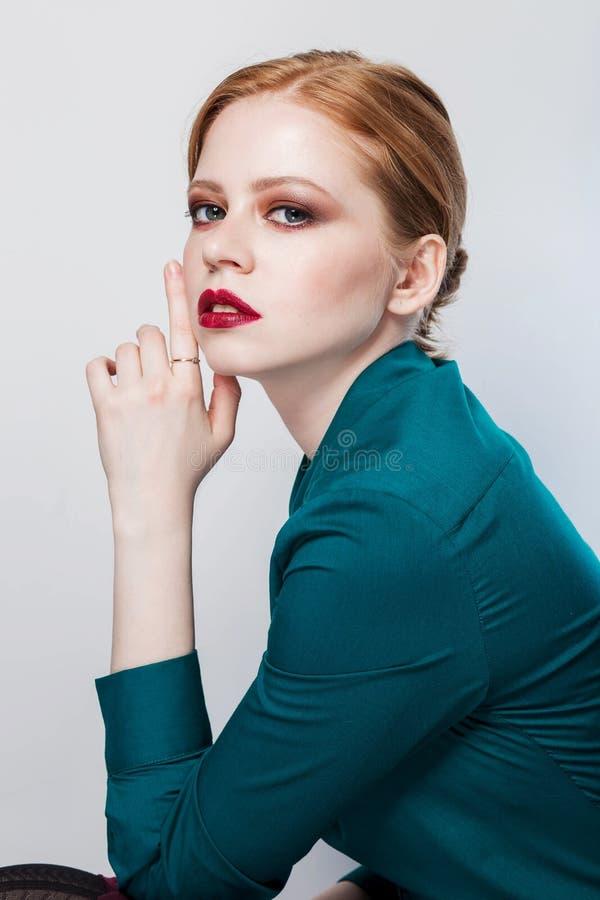 Slutet sköt upp av stilfull ung kvinna Yrkesmässigt studiofoto retuschera royaltyfri foto