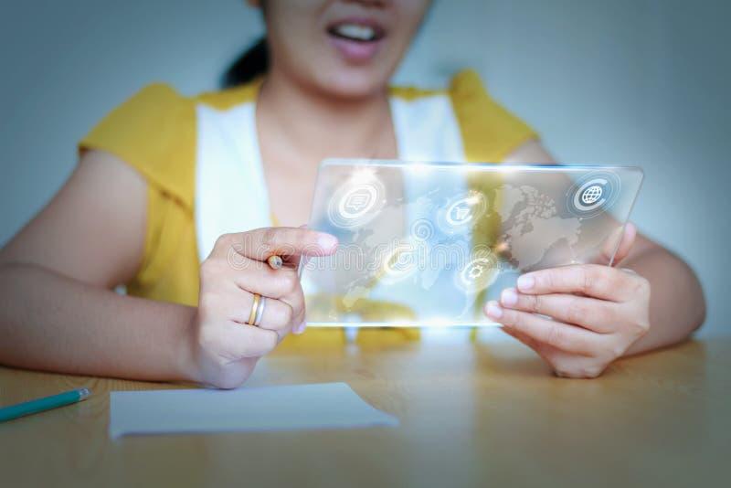 Slutet sköt upp den asiatiska kvinnan som använder den klara minnestavlan för futuristisk cybe royaltyfri bild