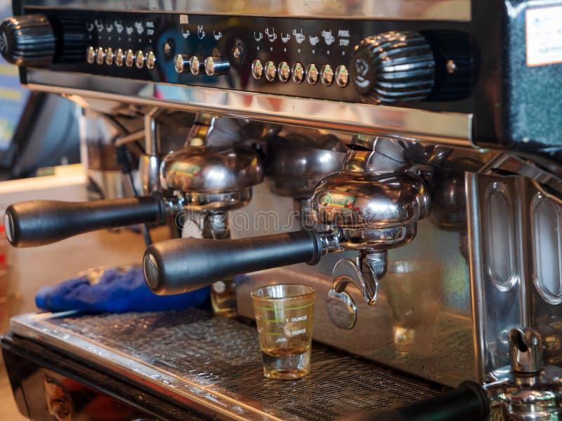 Slutet sköt upp espresso som gör för kaffe arkivfoton