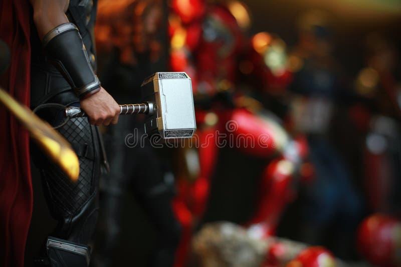 Slutet sköt upp Mjolnir i hand av THOREN i HÄMNARE som superheros figurerar i handling royaltyfria bilder