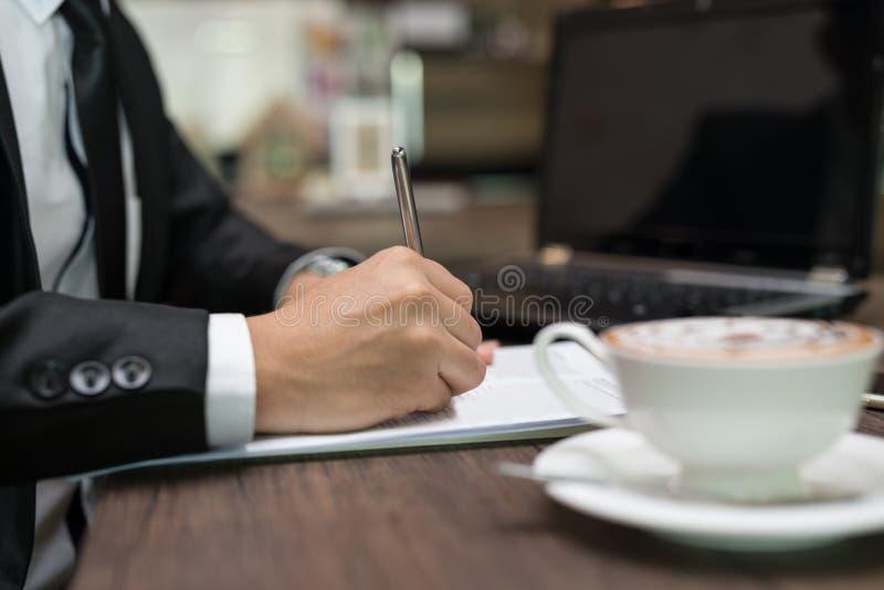 Slutet upp affärsman undertecknar ett avtal, affärsavtalet de royaltyfria foton