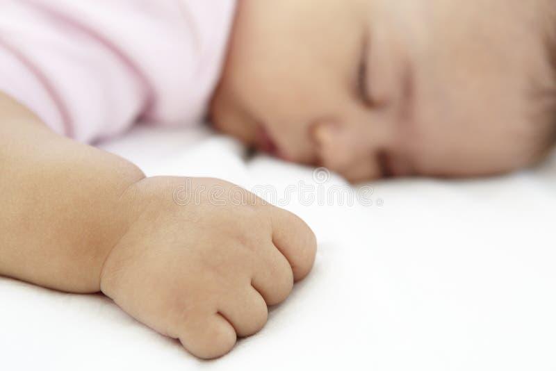 Slutet upp av att sova behandla som ett barn flickan hemma arkivfoton
