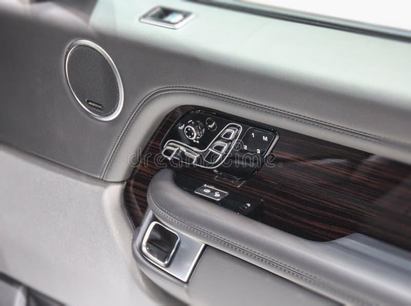Slutet upp av kommandon av den inomhus SUV panelen royaltyfria foton
