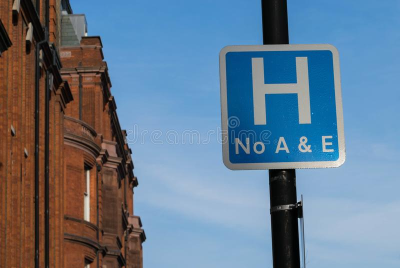 Slutet upp av sjukhuset undertecknar in en väg i Förenade kungariket, ingen olycka och nödläge arkivfoton