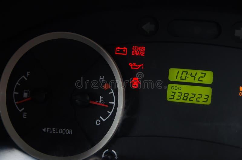 Slutet upp bränsle för bilstreckbrädet och larmet tänder arkivbild