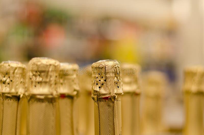 Slutet upp champagneflaskkork slogg in skinande papper royaltyfri fotografi