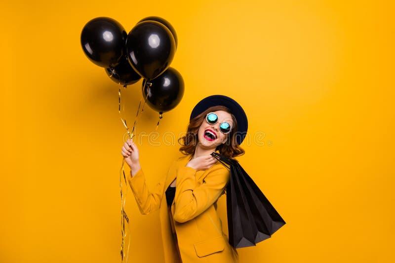 Slutet upp det härliga sidoprofilfotoet bär hon hennes damskrattskratt för blickköpet för packar den närvarande gåvan för den per fotografering för bildbyråer