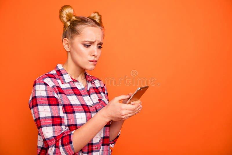 Slutet upp det nätta sidoprofilfotoet ringer hon hennes trevliga damarmhänder överföring kontrollera krimskrams för emailavläsard arkivbilder
