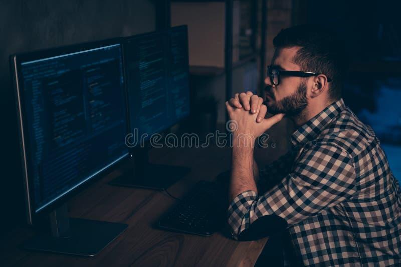 Slutet upp det stiliga sidoprofilfotoet lägger ut han honom hans grabb att grubbla eftertänksam utveckling för kod för coder för  royaltyfria bilder