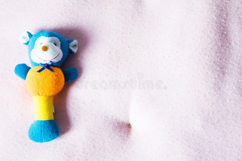 Slutet upp dockan på rosa färger behandla som ett barn säng arkivbild