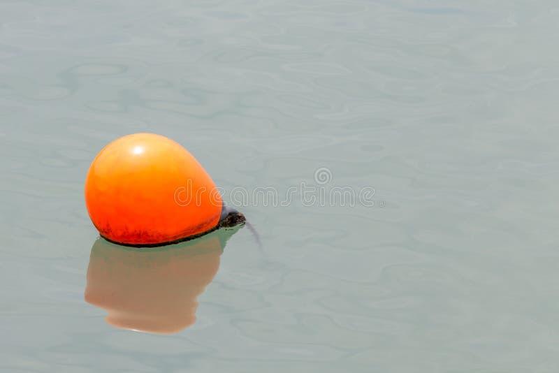 Slutet upp ett av det orange havet håller flytande att sväva på havet royaltyfri fotografi