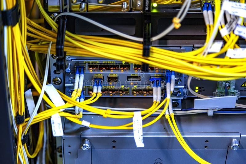 Slutet upp för dataapparaten för telekommunikationen arbetande kablar för fiber optiska förbinder för att ha kontakt, åtskillig i arkivbilder