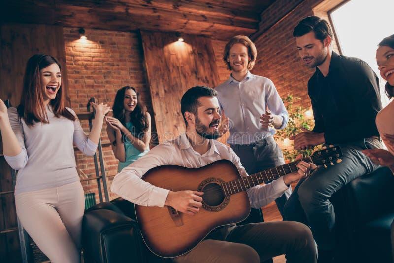 Slutet upp fotoet som samlar bästa vänkompisar, hänger ut den röst- solistlekgitarren som gamla sånger vilar kopplar av henne hen arkivbild