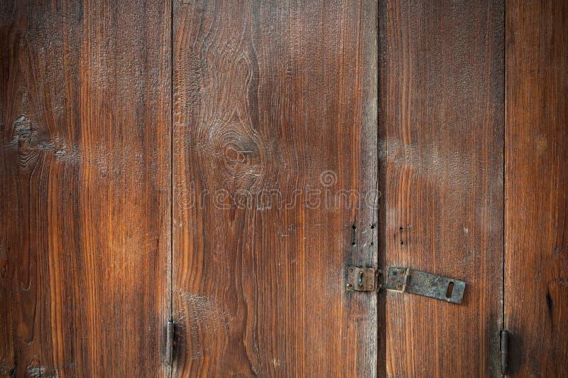 Slutet upp gammal brun wood dörr låser bakgrund upp arkivbilder