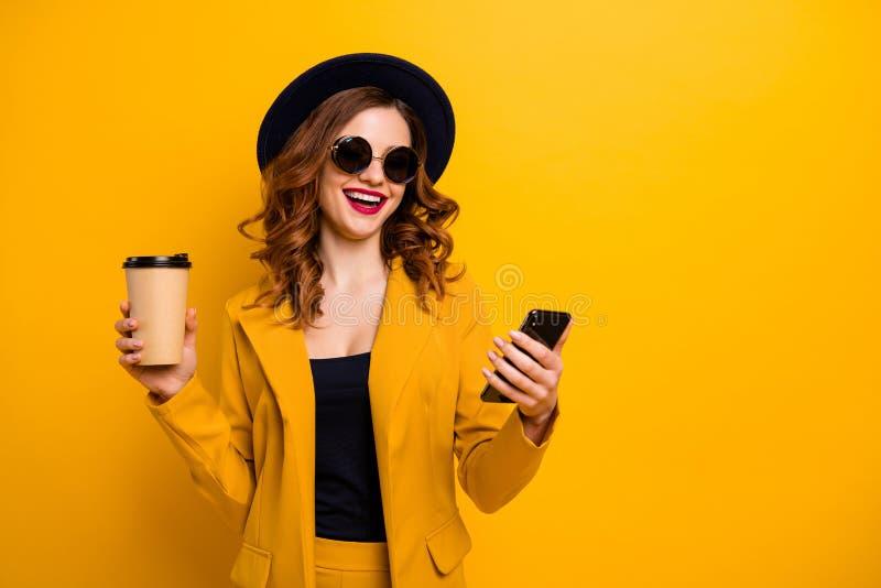 Slutet upp härligt skraj för foto ringer hon hennes damhandarmar skratt för behållare för papper för dryck för semesterhandelsres royaltyfri bild