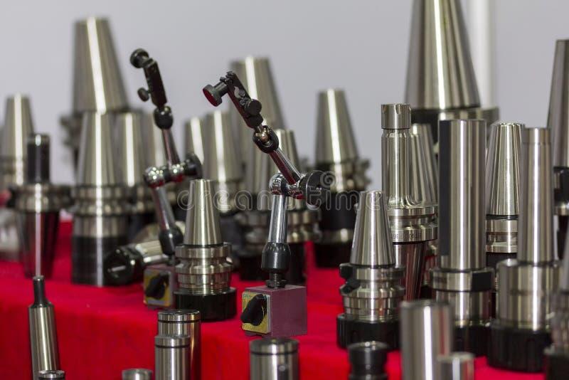 Slutet upp magnetiska den industriella ställningsarmen och många formatet av att mala kastar och ringen med delen av cnc-maskinen arkivbild
