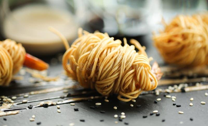 Slutet upp matfotoet av stekte tigerräkor i äggnudlar på svart kritiserar bakgrund Asiatisk kultur och kokkonst Matbild av shrim royaltyfri bild