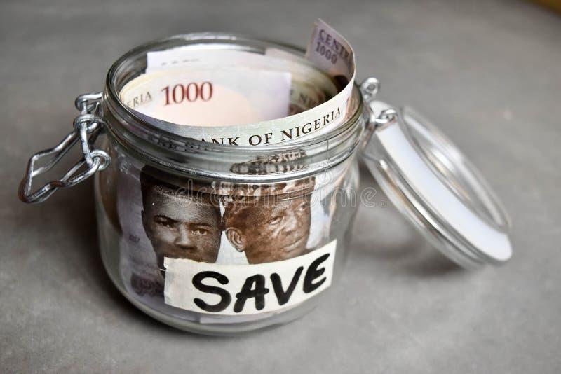 Slutet upp nigerianska tusen nairaanmärkningar i besparingar skorrar arkivfoto