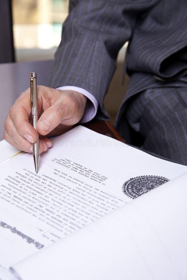 Pensionär omkring som ska undertecknas arkivbild
