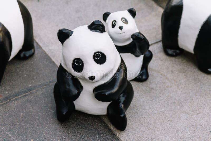 Slutet upp sikt för många pandaskulpturer från ovannämnda, som förlägger på golvet, är en konstutställning i Bangkok, Thailand royaltyfri bild