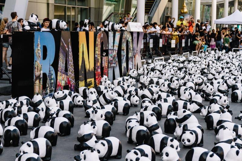 Slutet upp sikt för många pandaskulpturer från ovannämnda, som förlägger på golvet, är en konstutställning i Bangkok, Thailand arkivfoto