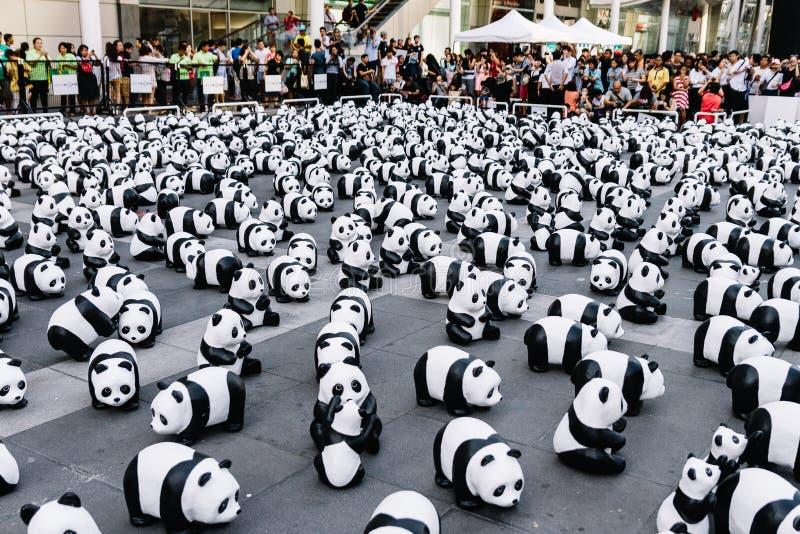 Slutet upp sikt för många pandaskulpturer från ovannämnda, som förlägger på golvet, är en konstutställning i Bangkok, Thailand arkivfoton