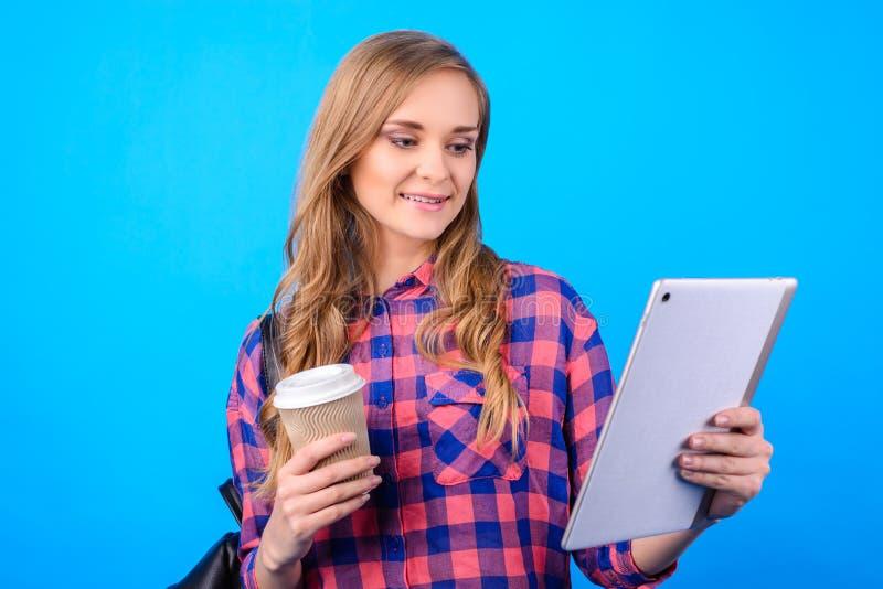 Slutet upp ståenden av den attraktiva säkra gladlynta upphetsade smarta klyftiga glade affärskvinnafreelanceren som tycker om te, royaltyfria foton
