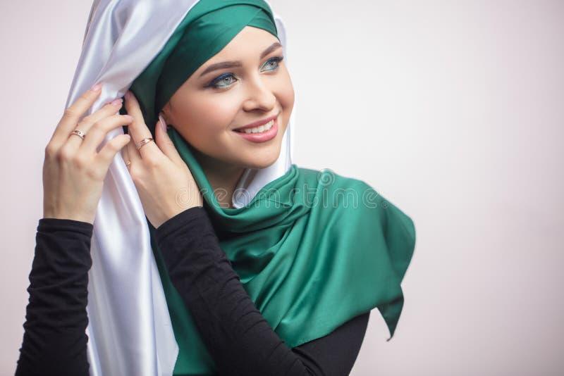 Slutet upp ståenden av den awasome muslimska kvinnan förbereder sig för bröllopdag royaltyfria bilder