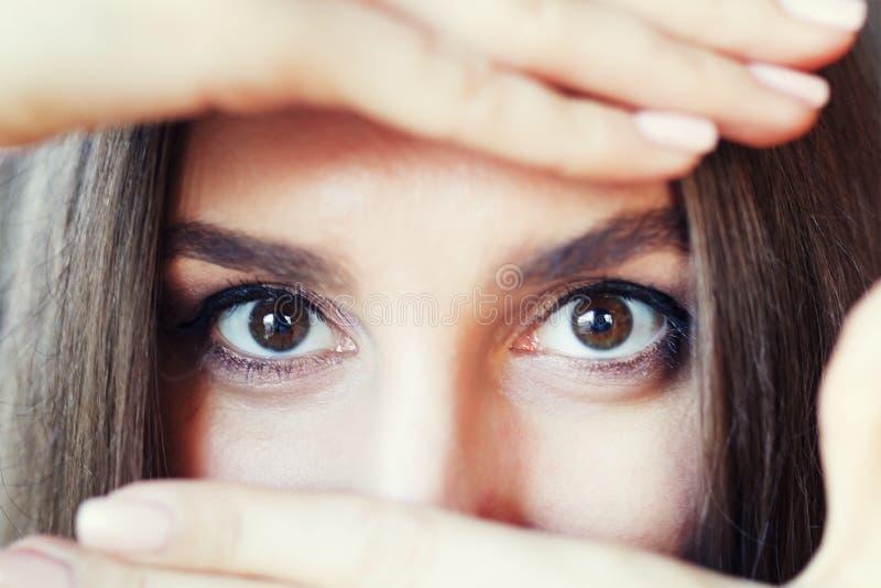 Slutet upp ståenden av den unga östliga arabiamkvinnan täckte henne ögon med hennes händer royaltyfri fotografi