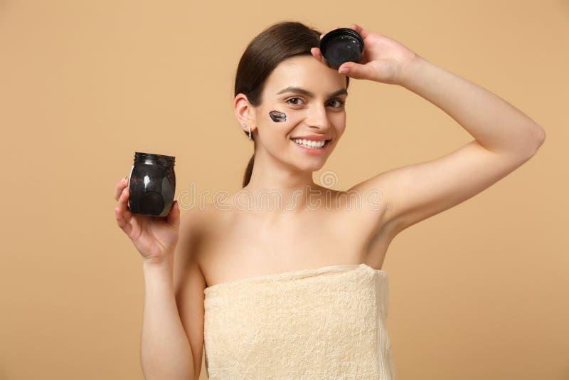 Slutet upp 20-tal för kvinnan för brunetthalvan den nakna med perfekt hud, nakenstudie utgör den svarta maskeringen som isoleras  royaltyfri foto