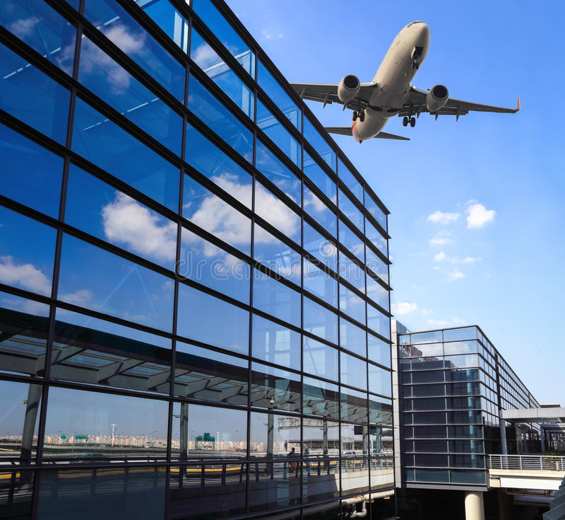 Slutlig byggnad för flygplan och för flygplats royaltyfri bild