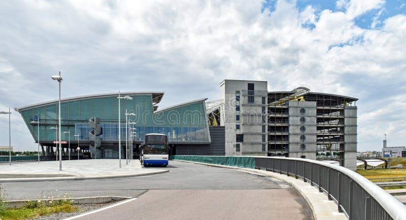 Slutlig byggnad och parkeringsgarage av flygplatsen Leipzig/Halle i Tyskland royaltyfri foto