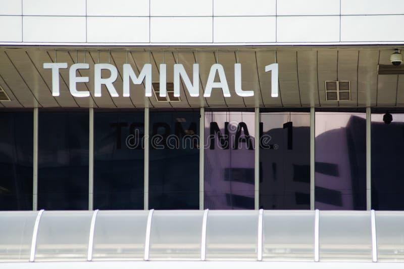Slutlig inskrift på flygplatsen med reflexion i fönster fotografering för bildbyråer