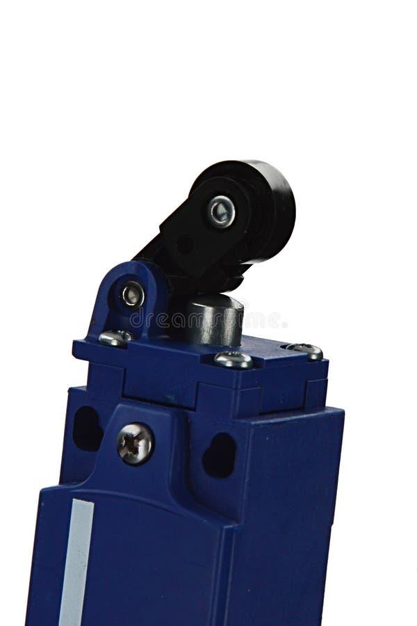Slutlig strömbrytare för elektromekanisk blockspak som namnges också slutgränsströmbrytare i mörker - blått plast- chassi på vit  arkivbild