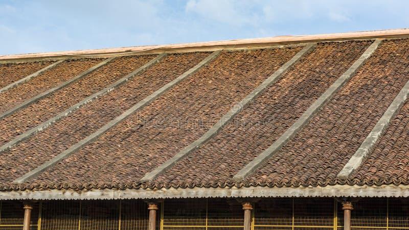 Slutta taket med traditionella krökta tegelstentegelplattor royaltyfri foto