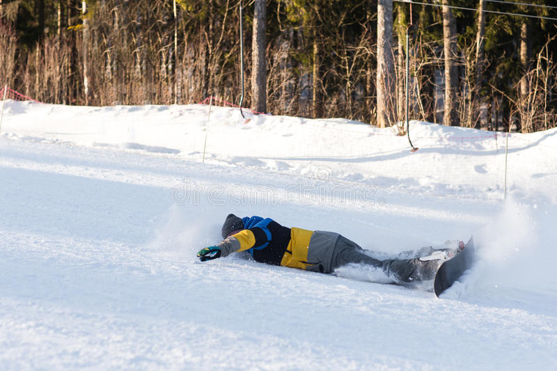 Sluttande fallande snowboarder arkivbild