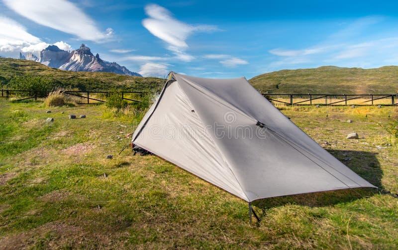 Sluttande tält och berg i patagonia arkivfoton