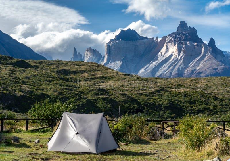 Sluttande tält och berg i patagonia arkivfoto
