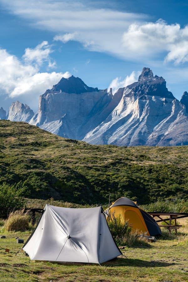 Sluttande tält och berg i patagonia royaltyfri foto
