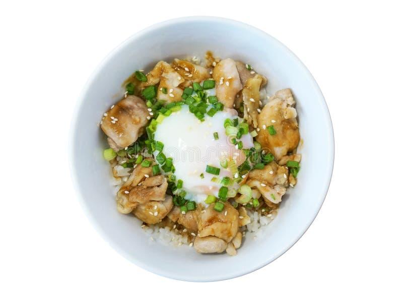 Slyle giapponese dell'alimento del primo piano, riso arrostito di teriyaki del pollo con l'uovo fritto, isolato su fondo bianco fotografia stock libera da diritti