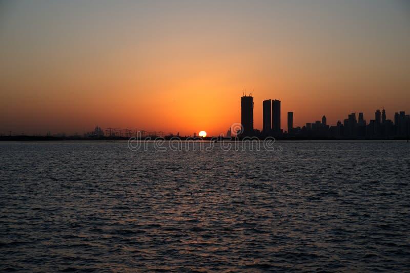 Slyline van Doubai van de Kreekhaven van Doubai en het kanaal van Doubai aan Baai Van de binnenstad en de Bedrijfs, Verenigde Ara stock foto