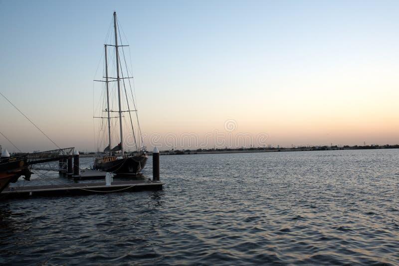 Slyline van Doubai van de Kreekhaven van Doubai en het kanaal van Doubai aan Baai Van de binnenstad en de Bedrijfs, Verenigde Ara royalty-vrije stock afbeelding